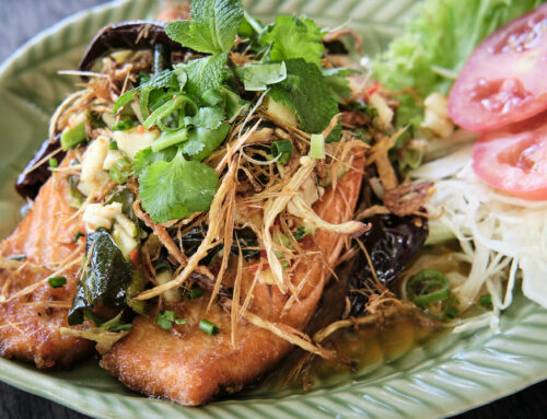 Juli Gericht – Pla Samun Prai ปลาแซลมอน/ลักทอดสมุนไพร